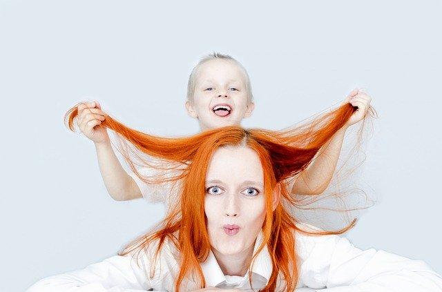 dítě tahající za vlasy