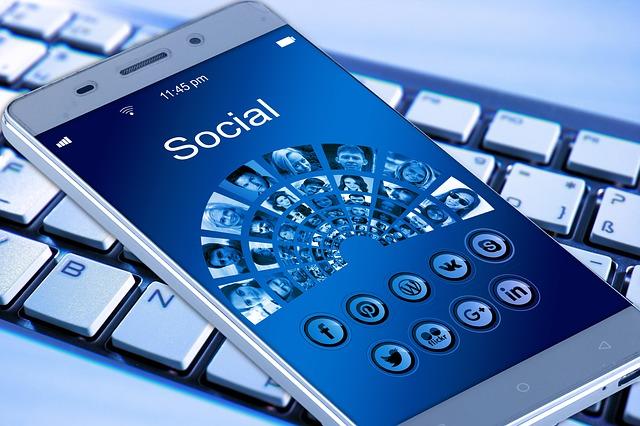 klávesnice a aplikace mobilu
