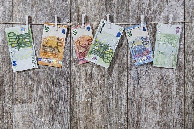 peníze na šňůře.jpg