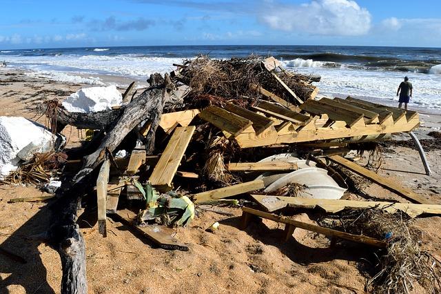 trosky na pláži